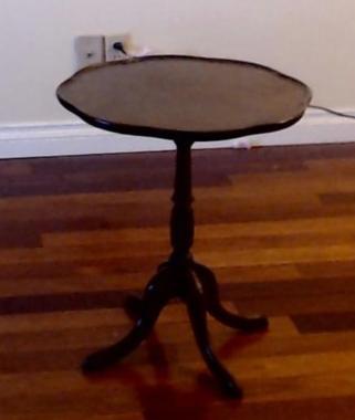 157 Petite table ronde avec vague